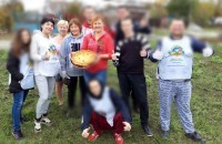 The guys from the Zaporozhye center of the MAA help neighbors in cleaning